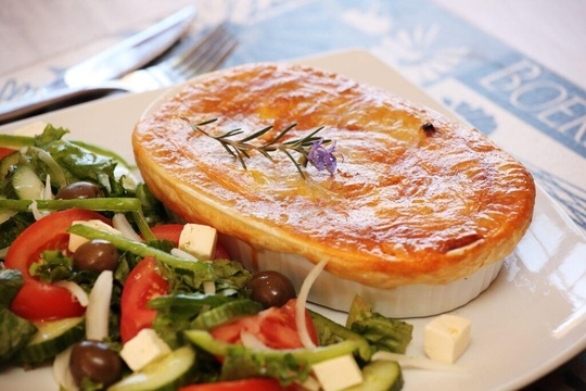 Cetis Pepper Steak Pie with Salad
